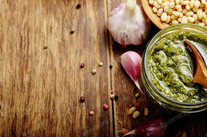 Draufsicht von Pesto Sauce und Zutaten auf Holztisch mit Kopie-