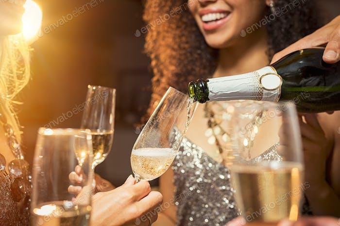 Hand gießen Wein im Glas