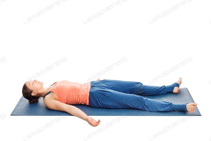 Frauen entspannt sich im Yoga Asana Savasana