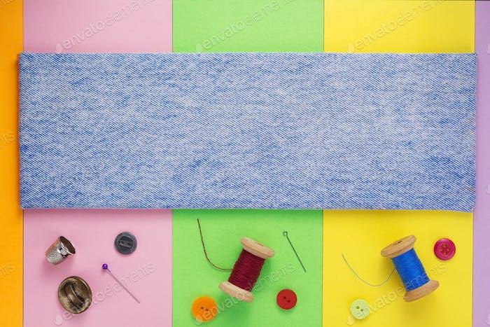Nähwerkzeuge und Zubehör mit Jeans Hintergrund Textur