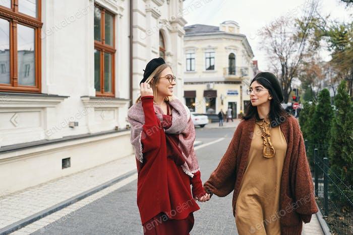Unbeschwerte ziemlich Herbst coole Mädchen auf der Stadtstraße