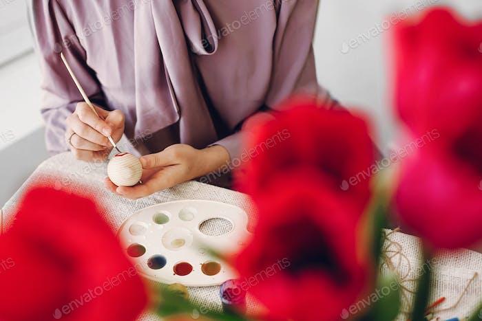 Glückliches Mädchen Vorbereitung für Osterfeier und Jagd
