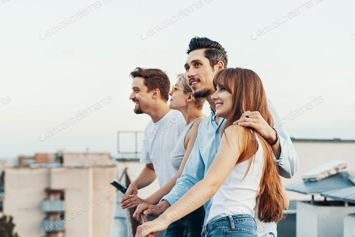 Gruppe von Freunden genießen im Freien auf dem Dach