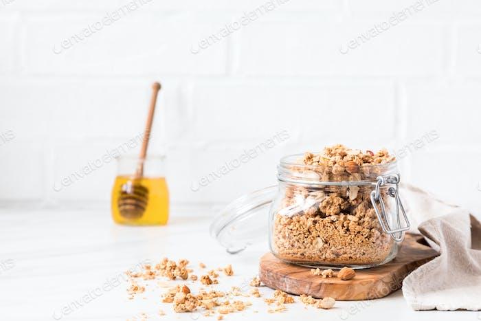 Müsli, Müsli mit Honig. Frühstück, Snack.Konzept der gesunden