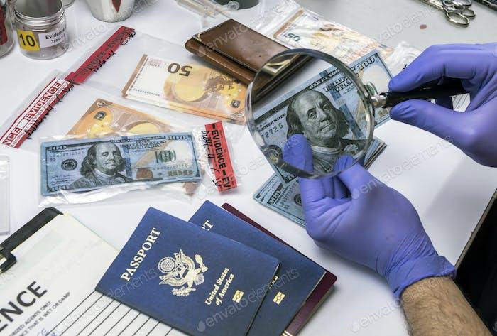 Polizeiwissenschaftler untersucht gefälschte Dollar-Scheine und Pässe in strafrechtlichen Ermittlungseinheit,
