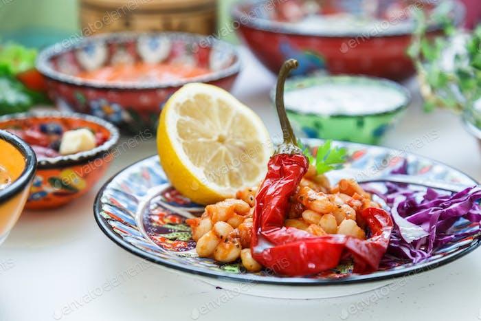Mediterranian gebackene weiße Bohnen mit Paprika
