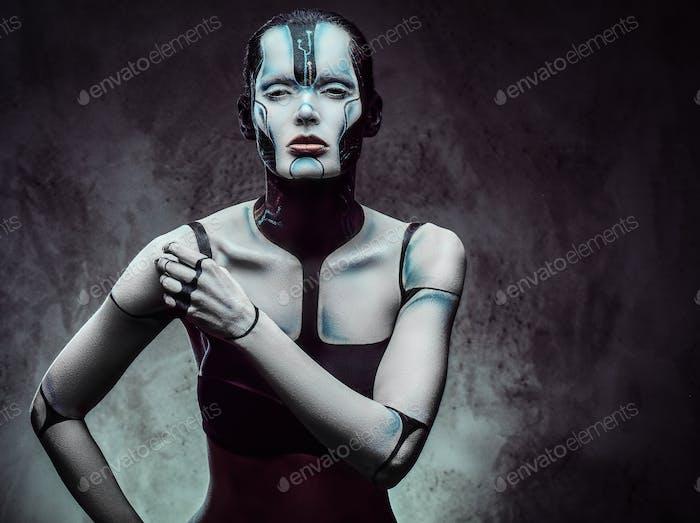 Sinnliche Cyberfrau. Technologie und Zukunftskonzept. Isoliert auf einem dunklen strukturierten Hintergrund.