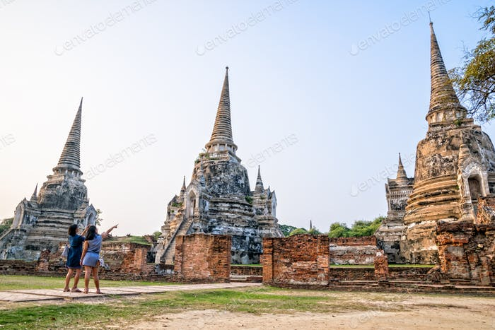 Touristen besuchen Wat Phra Sri Sanphet
