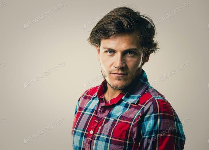 kaukasischen Mann trägt kariertes Hemd und trendige Frisur