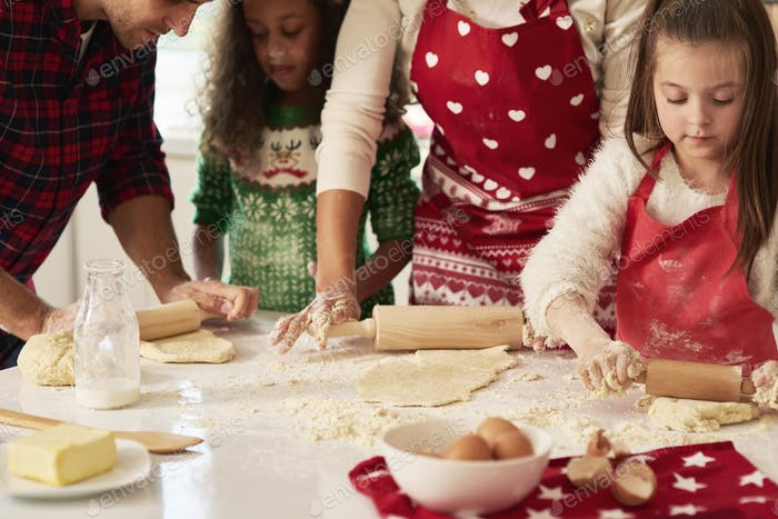 Rollen Sie den Teig für Weihnachtskekse