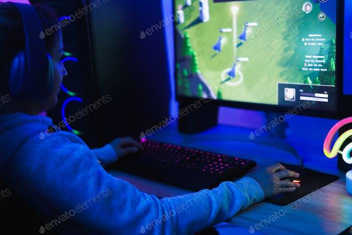 Girl gamer jugando en el juego de estrategia en línea