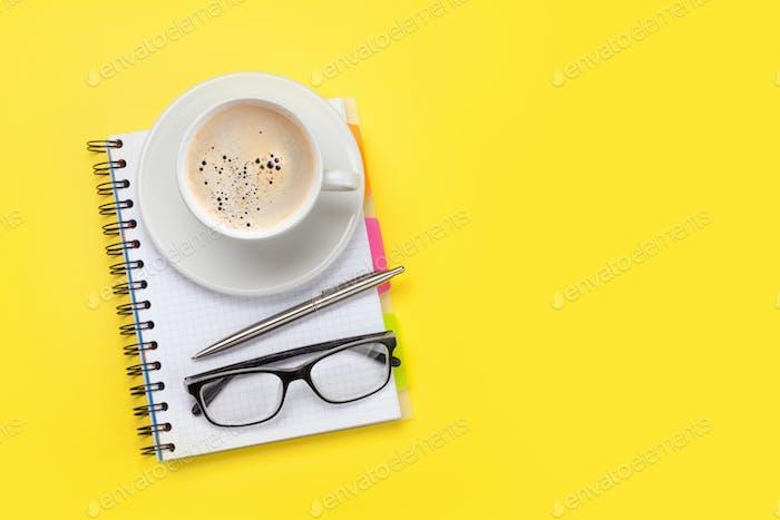 Büro gelb Arbeitsplatz mit Kaffeetasse und Zubehör