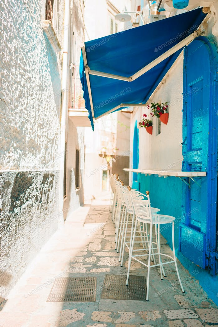 Sommer leeres Café im Freien in einem touristischen Ort in Italien