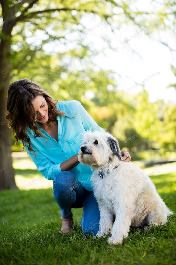 Mujer con perro en Parque