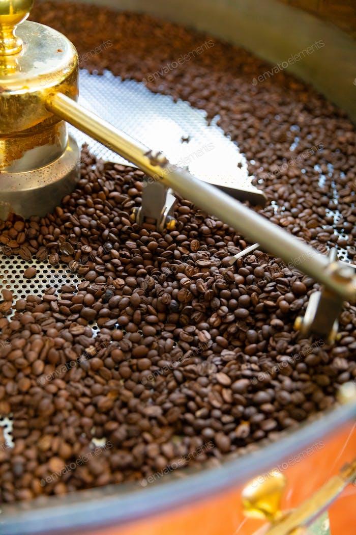 Röstung von rohen Bio-Kaffeebohnen in kleiner Produktion