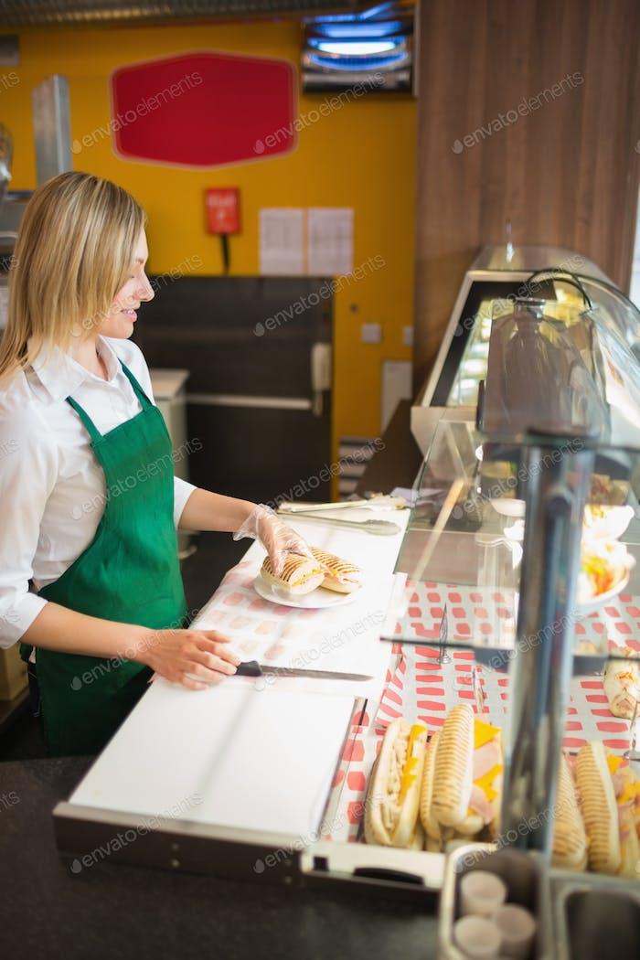 Weibliche Ladenbesitzerin am Vitrine in der Bäckerei
