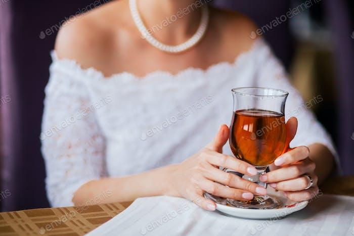 Braut hält die Tasse Tee