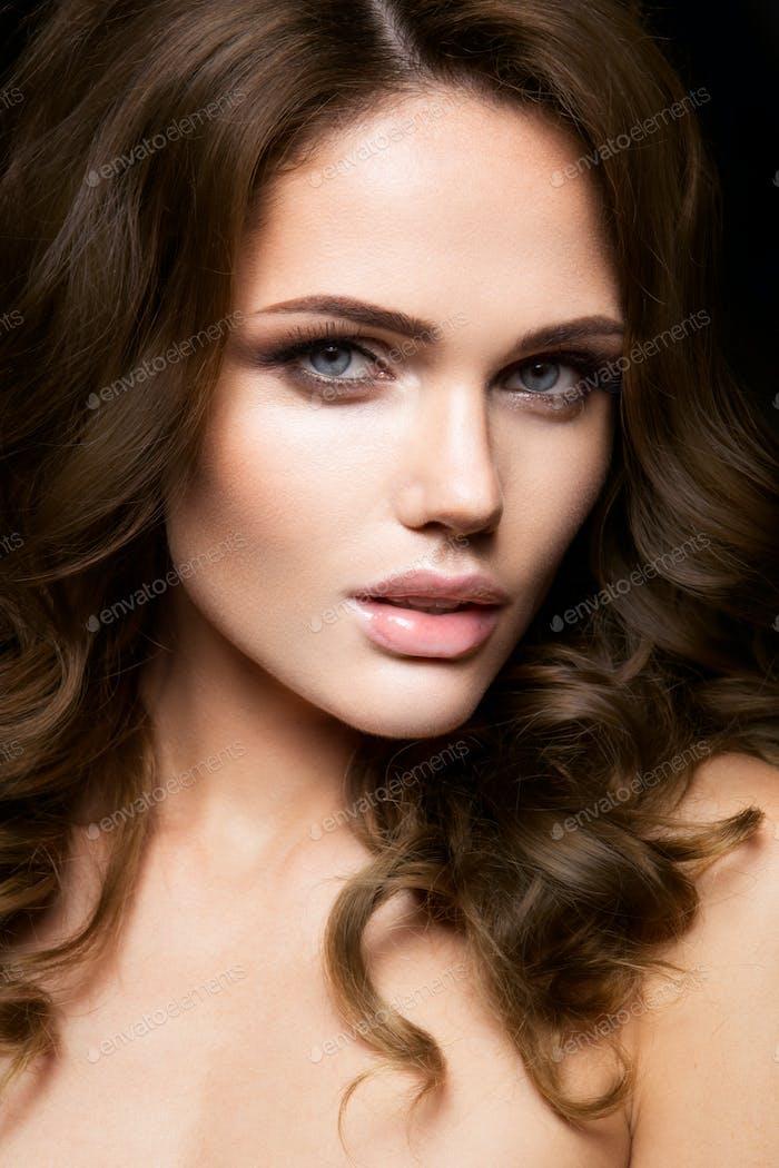 Nahaufnahme Porträt der schönen Frau mit hellen Make-up