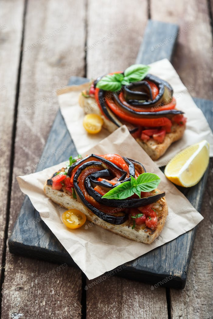 Bruschettas with grilled eggplant and bell pepper