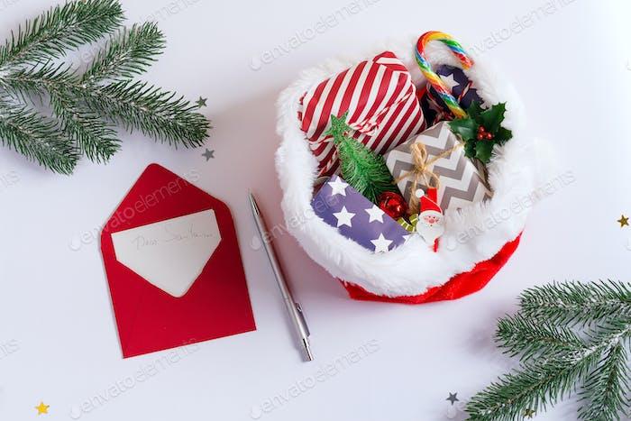 Weihnachtsmann Hut gefüllt Geschenk-Boxen und Süßigkeiten