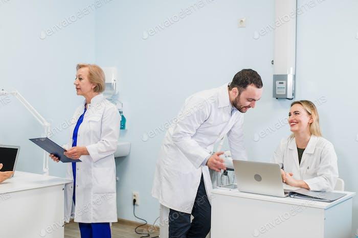 Un grupo de científicos lleva a cabo investigaciones en un laboratorio científico utilizando tecnología avanzada. COVID