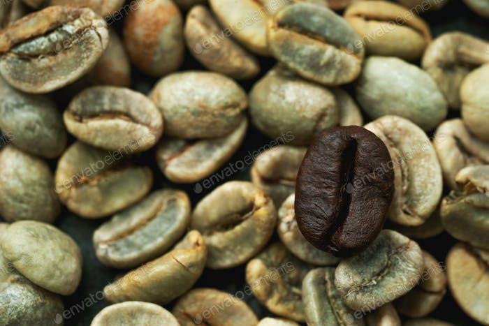 Schwarze Kaffeebohne mit selektivem Fokus