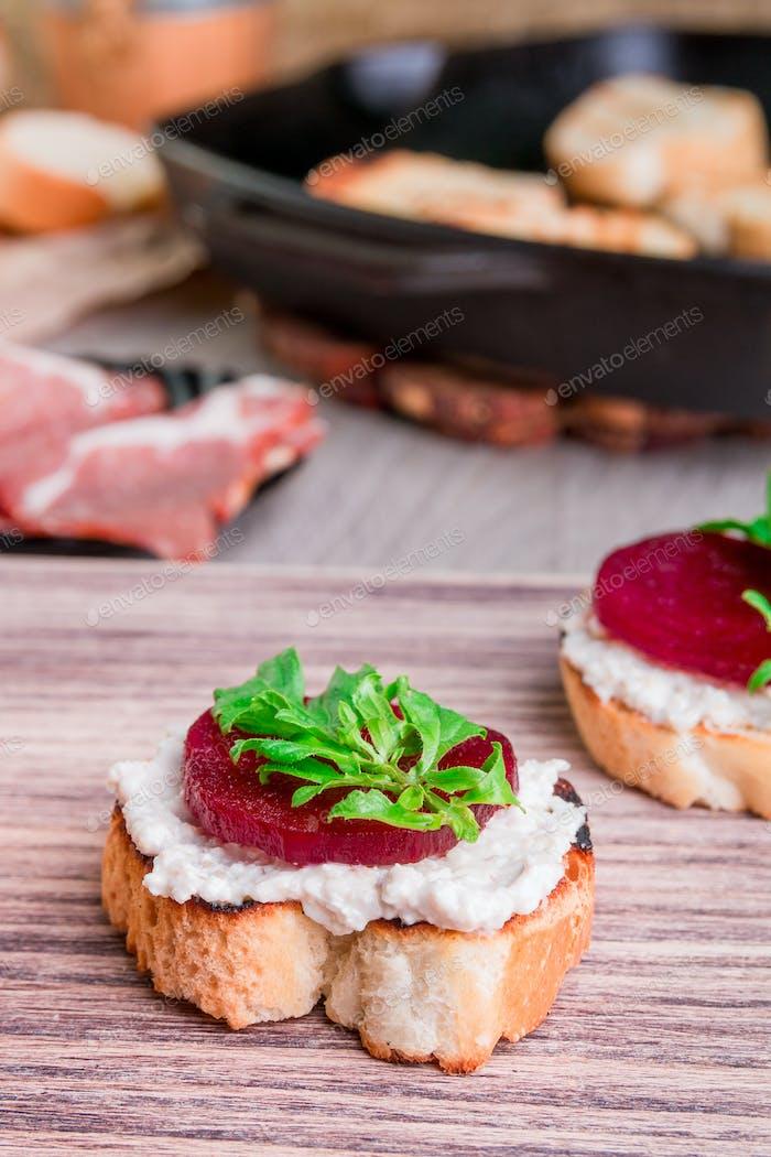 Bruschetta mit Frischkäse und Rüben
