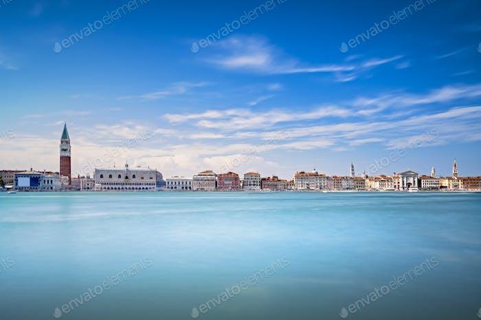 Panoramablick auf die Skyline von Venedig, Piazza San Marco mit Campanile und