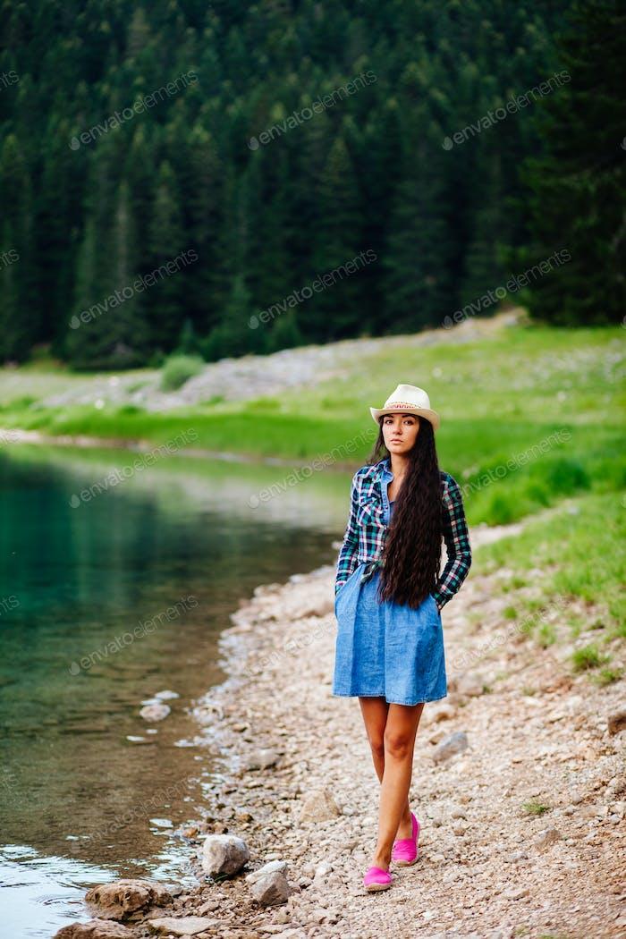 schöne Frau entspannen auf dem Land Wald