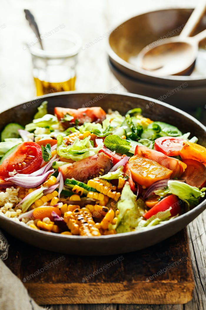 Vegetable salad with grilled corn