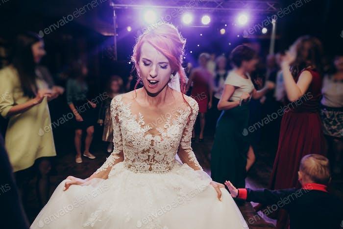 Wunderschöne Hochzeitspaar Spaß und Party im Restaurant in Lichtshow