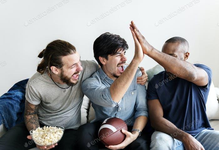 Freunde jubeln Sport Liga zusammen