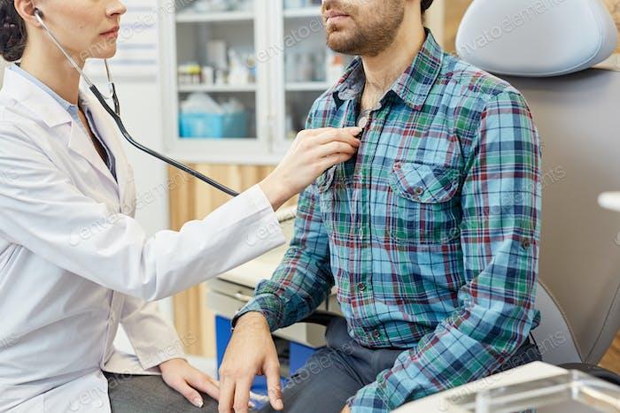 Untersuchen mit Stethoskop