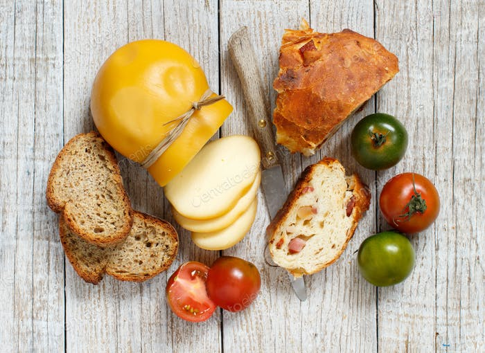 Scamorza cheese, tomatoes and bread