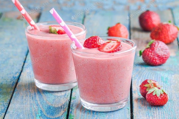 Zwei Gläser Erdbeer-Smoothie mit Strohhalmen