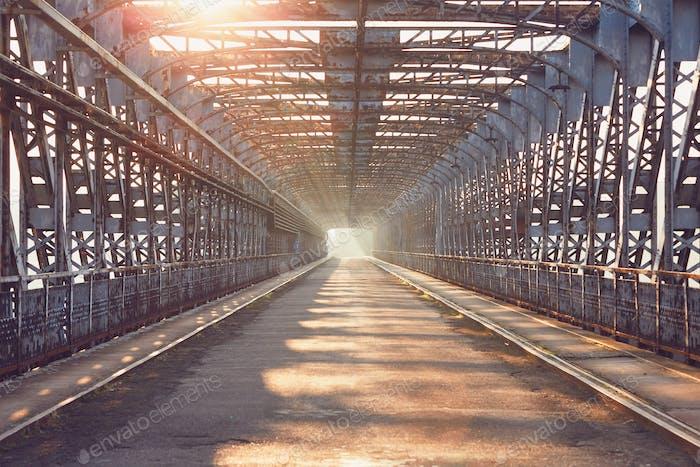 Lange Eisenbrücke bei Sonnenaufgang