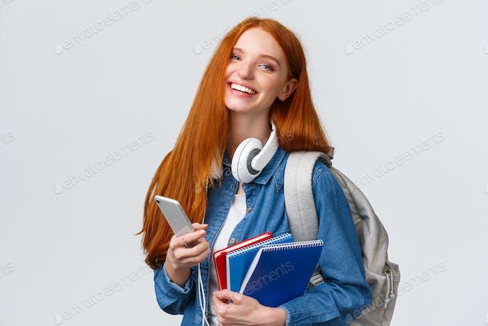 Fröhliche, freundliche und charismatische Rothaarige Frau lacht fröhlich, schickte Freunde, plaudert mit