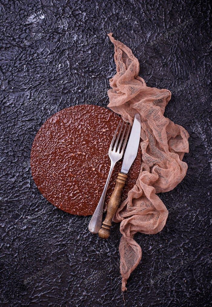 Leeres Schneidebrett oder Teller mit Besteck auf Betonuntergrund