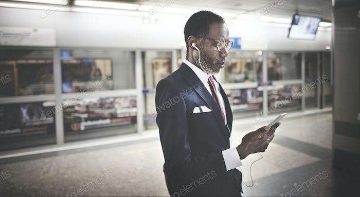 Geschäftsmann mit mobilen Pendlerkonzept