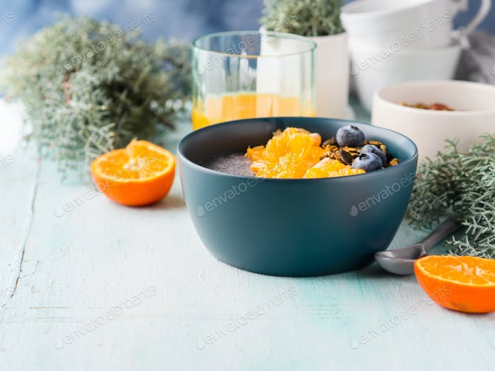Chia-Pudding mit Mandarinen und Müsli