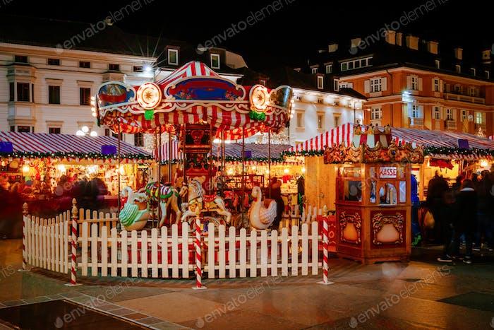 Karussell am Weihnachtsmarkt, Sterzing, Bozen, Trentino Südtirol, Italien