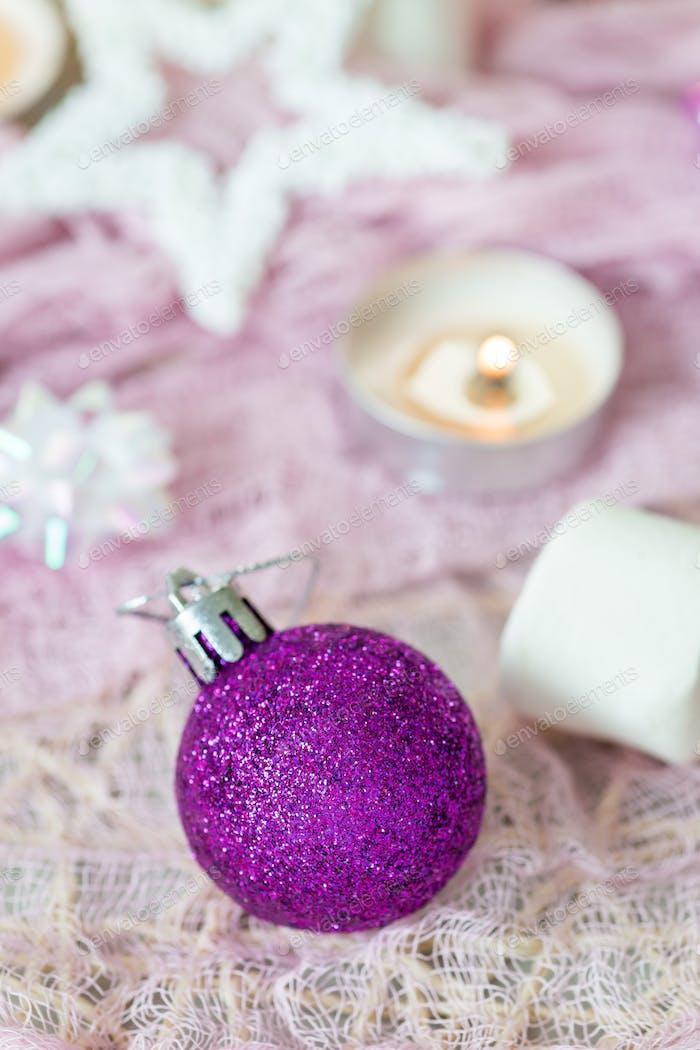 Weihnachtskomposition mit Weihnachtskugel, Kerze und festlicher Dekoration