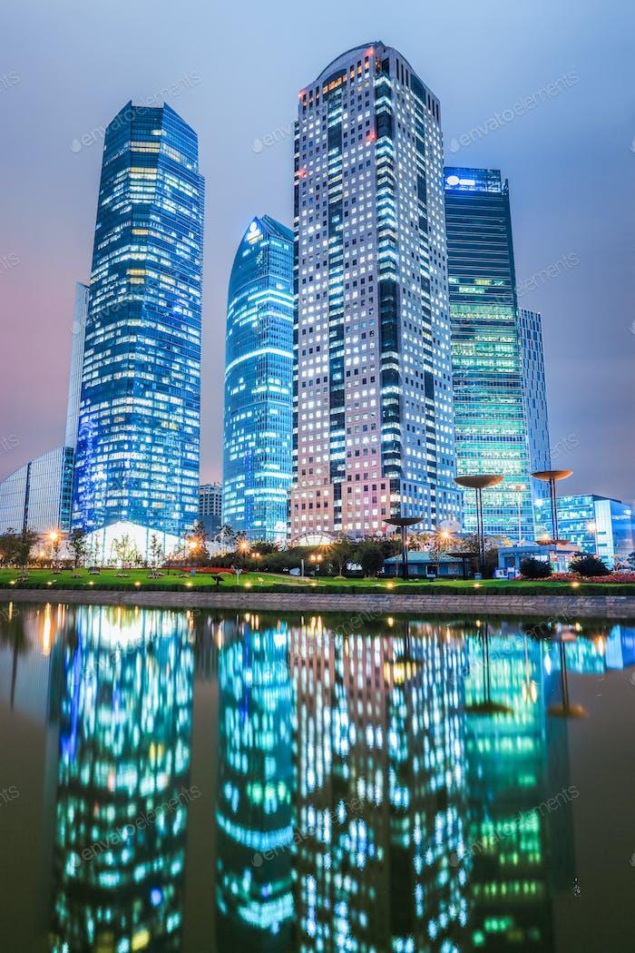 Arquitectura Moderno y reflexión Noche