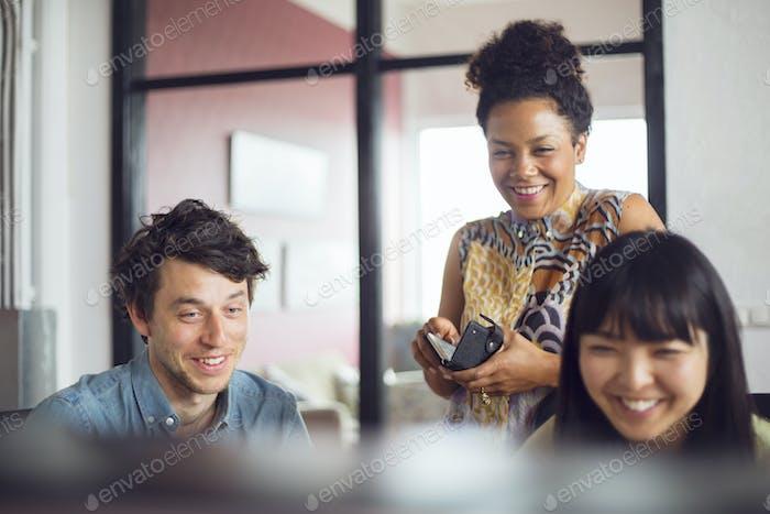 Los compañeros de trabajo sonriendo