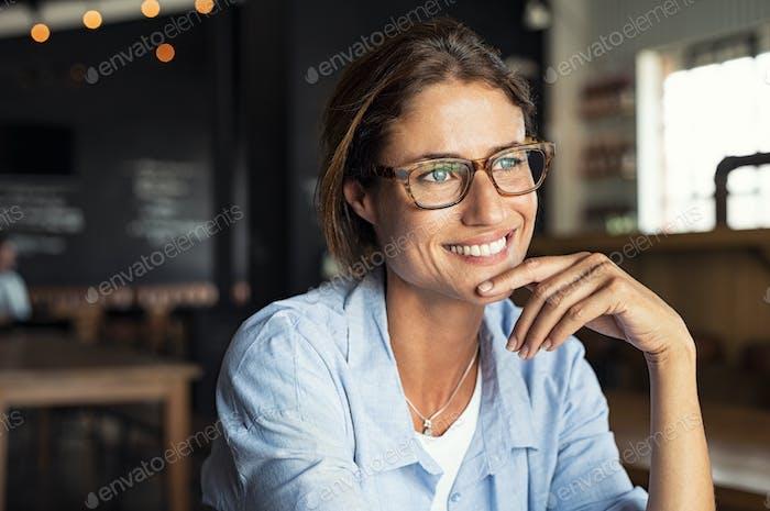 Lächelnde Frau tragen Brille