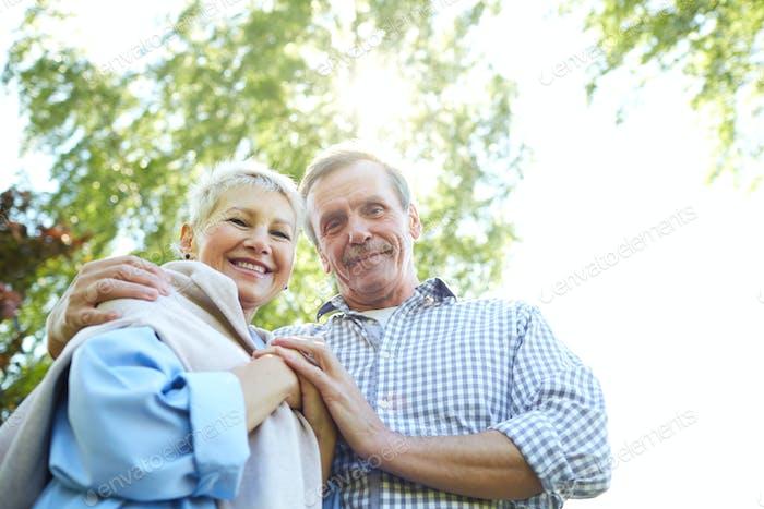 Happy Senior Paar Walking in Park