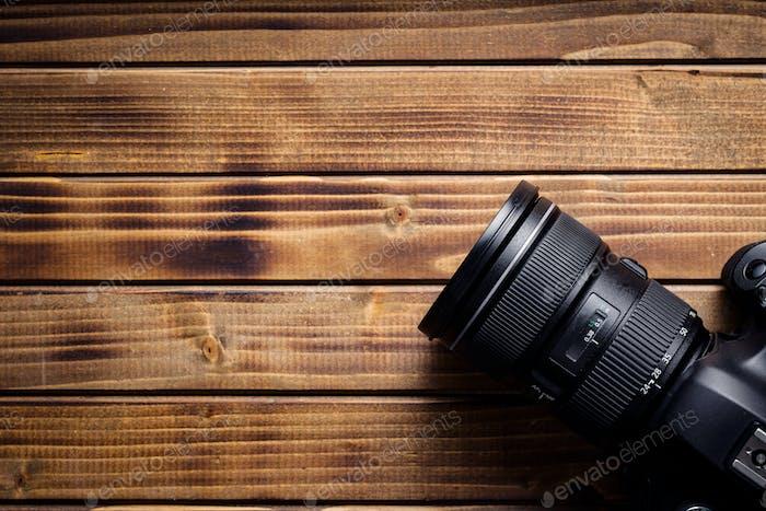 Professionelle Kamera mit Objektiv.