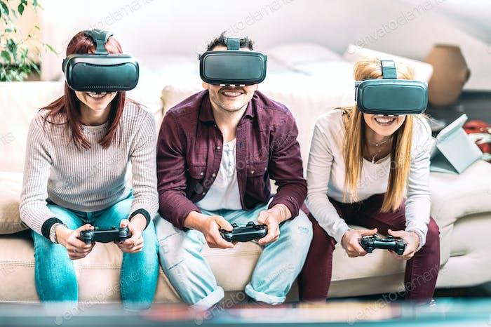 Amigos del milenio jugando con gafas de realidad virtual en casa