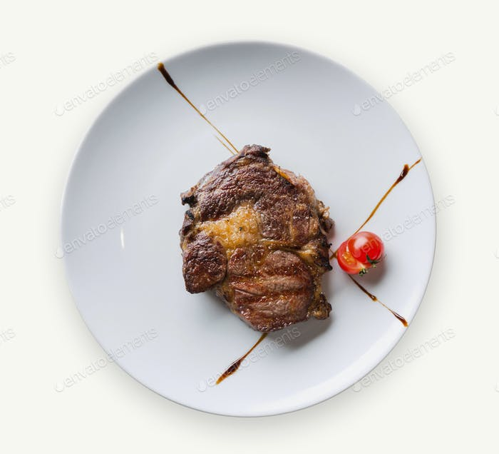 Rib Eye Steak auf weißem Teller Nahaufnahme