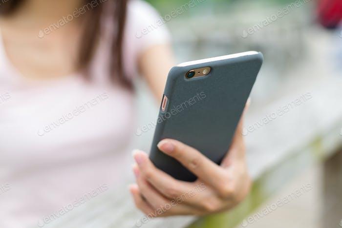 Женщина рука и сенсорный смартфон